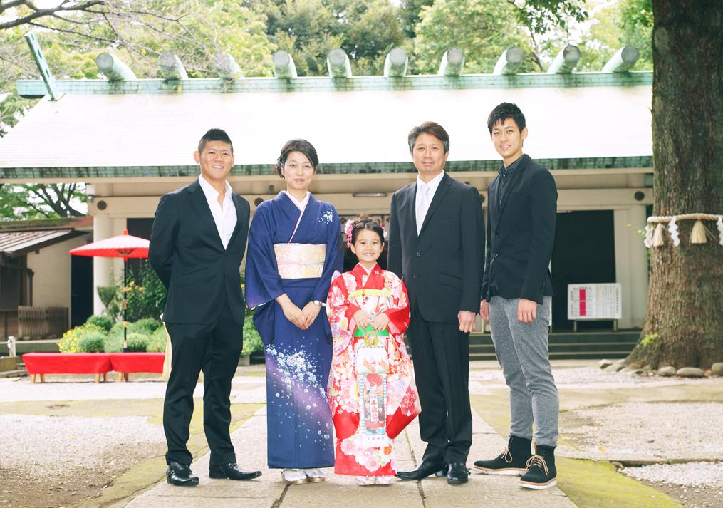 家族で七五三のお参りに行く写真