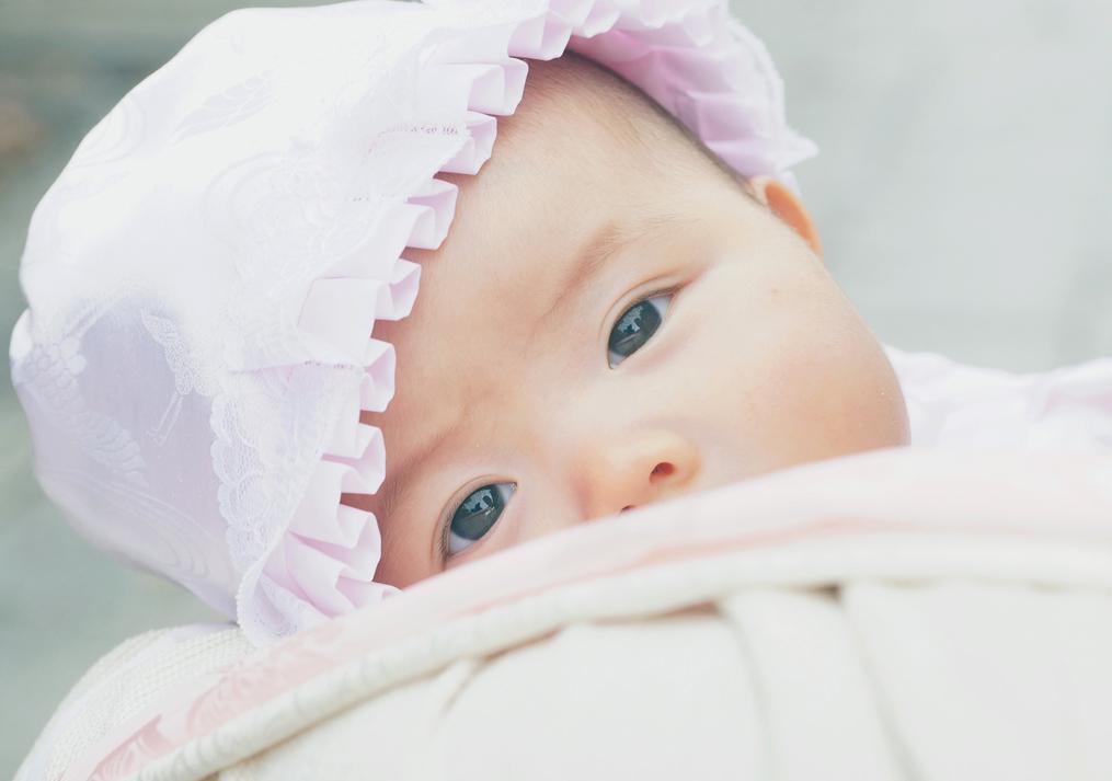目を覚ました赤ちゃんの写真