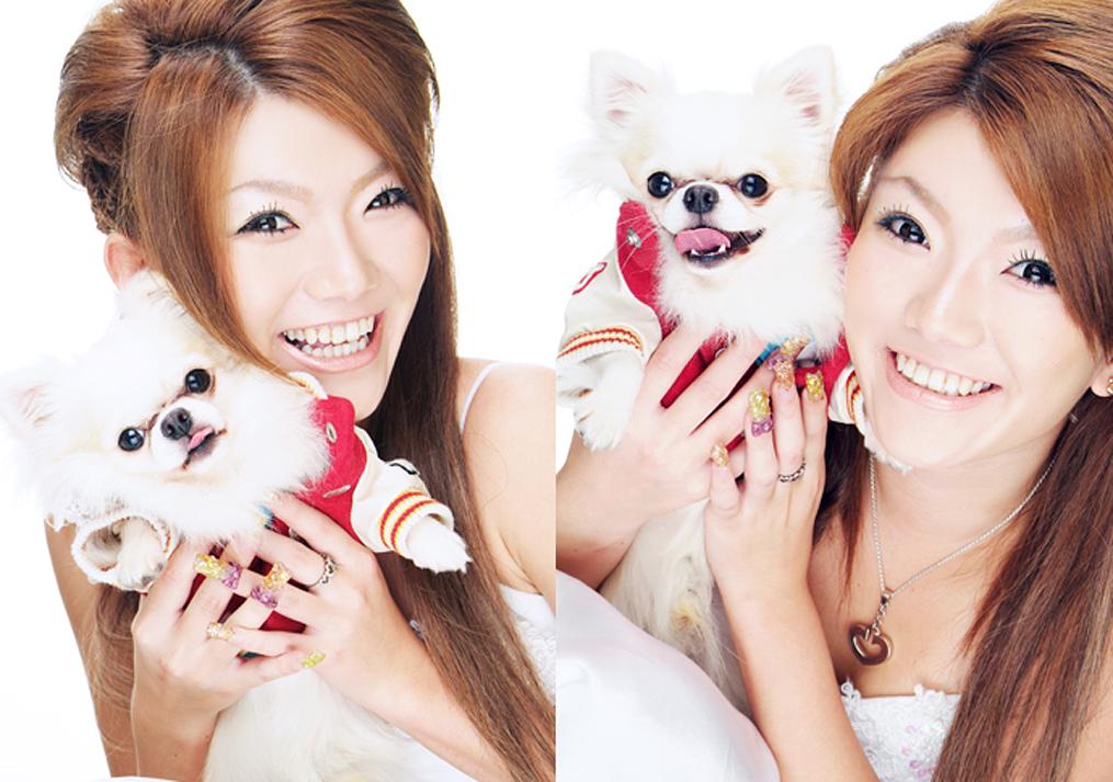 子犬と一緒に笑う女の子の写真