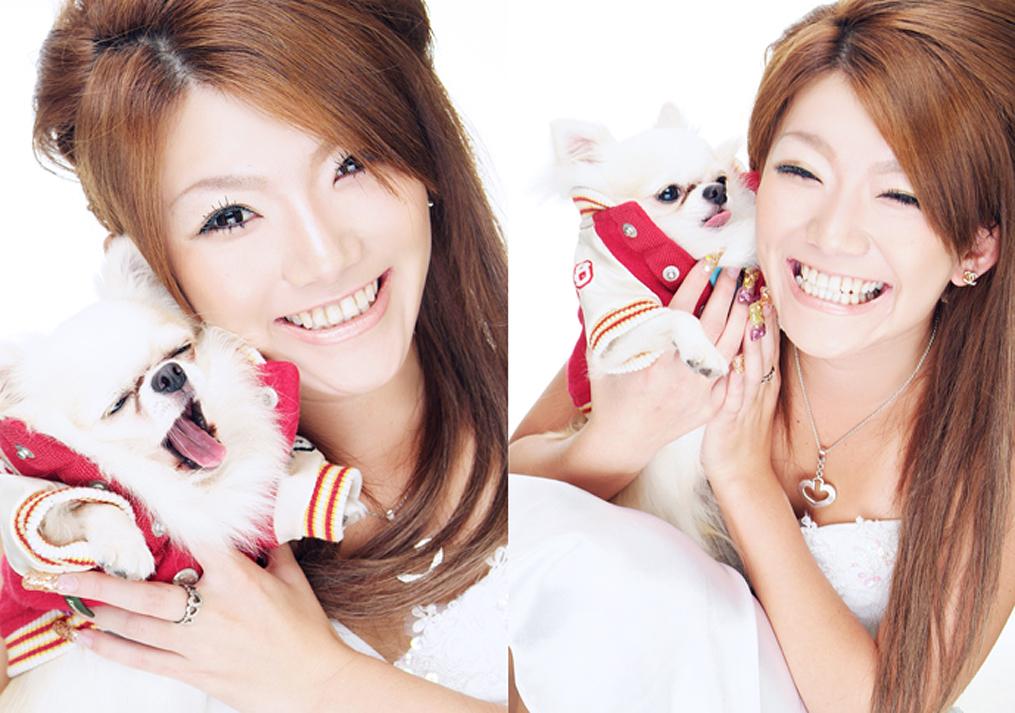 犬を抱きかかえる女の子