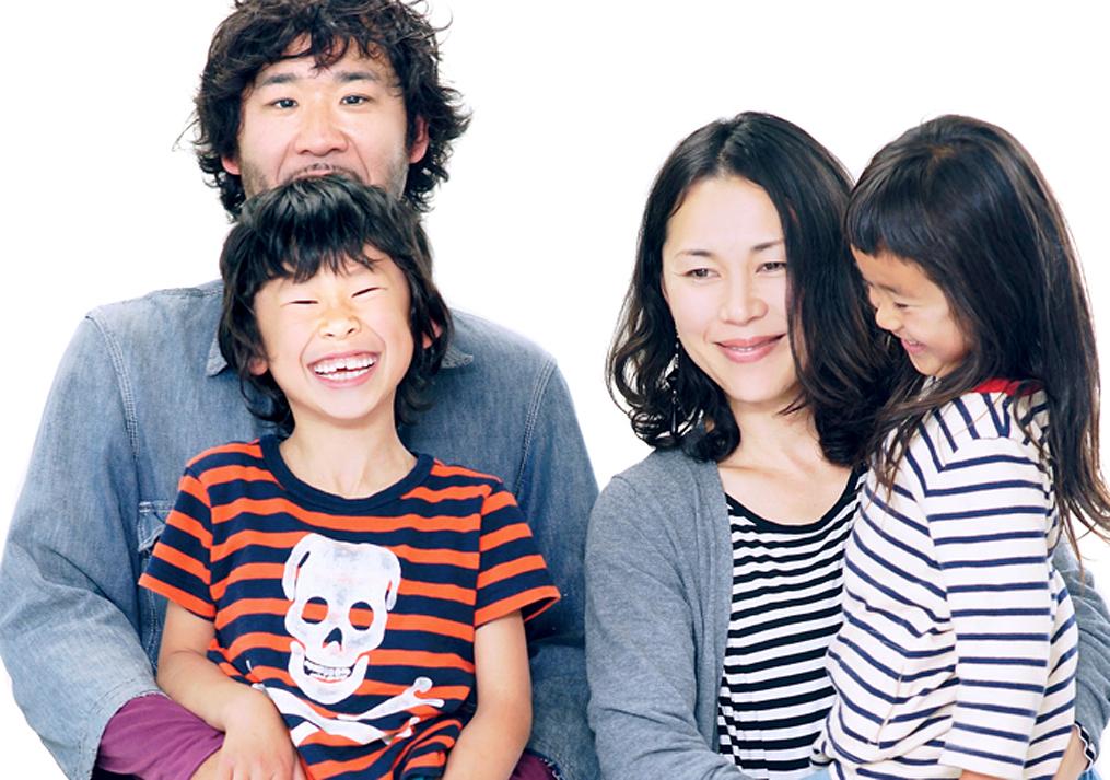 カメラマンに家族写真を撮ってもらう