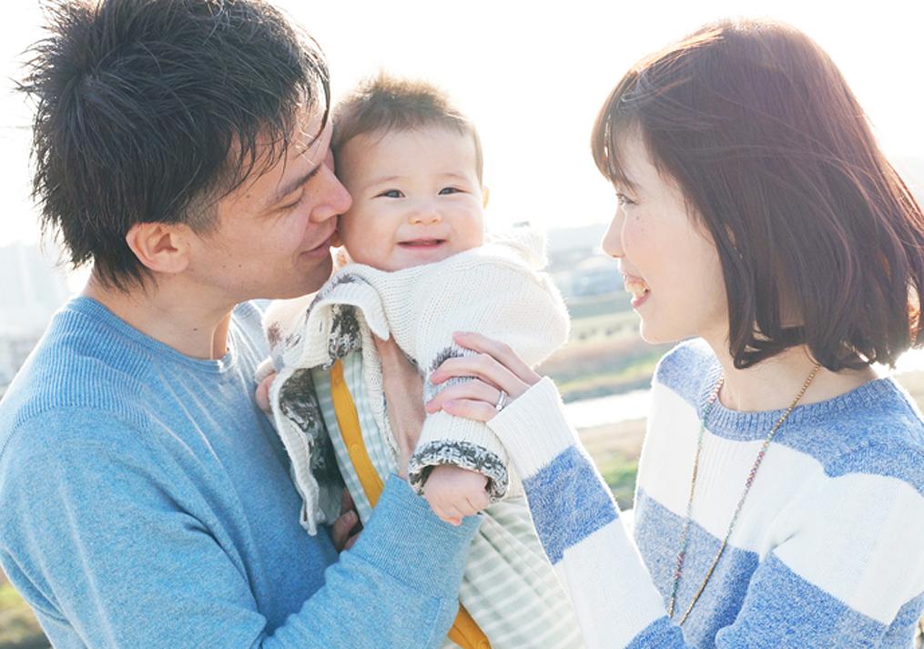 初めてのお誕生日で笑う赤ちゃん