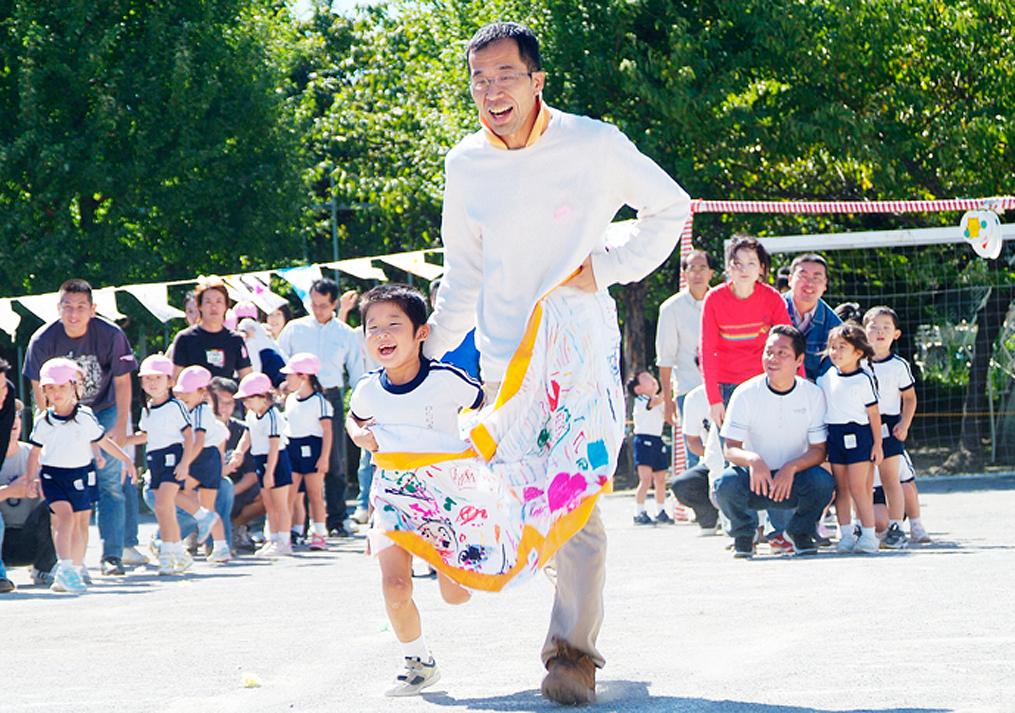 パパと子供の競技の写真