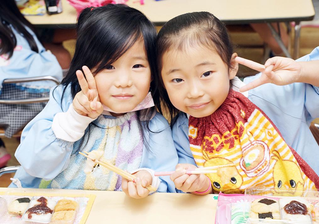 学校で給食を食べている子供の写真
