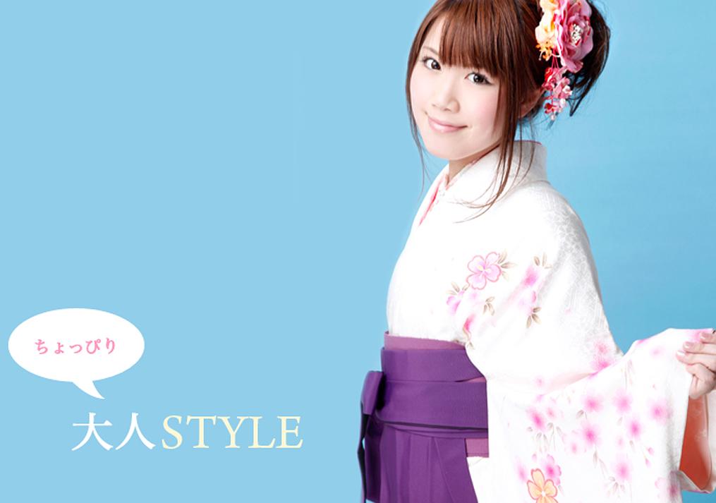 白い袴を着た女性の成人式