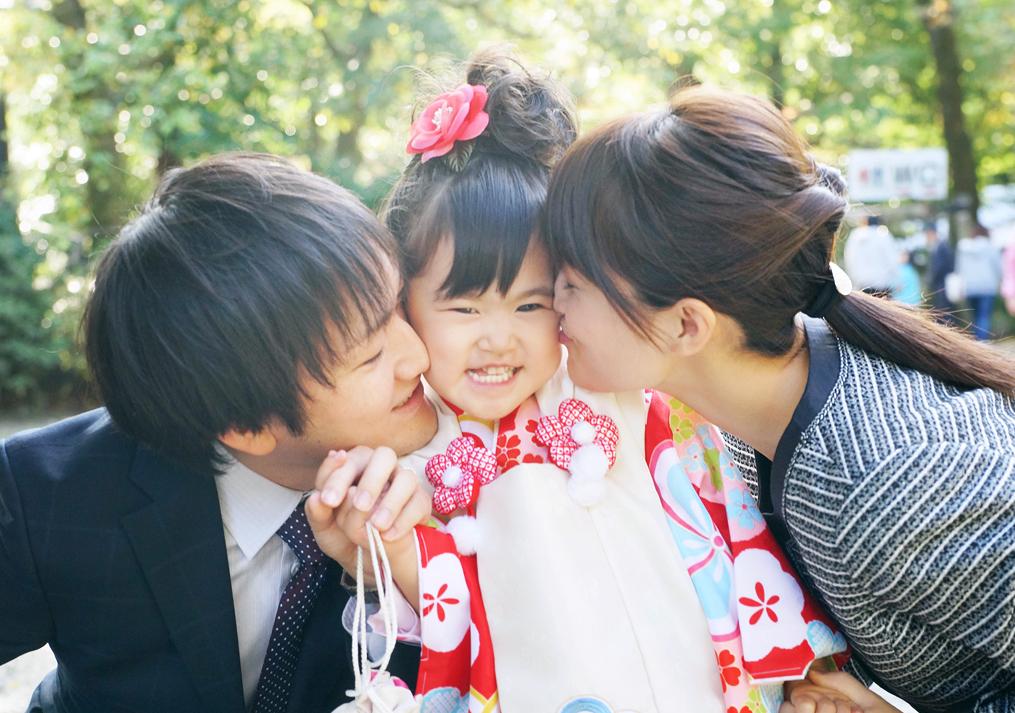 七五三で喜ぶ家族の姿