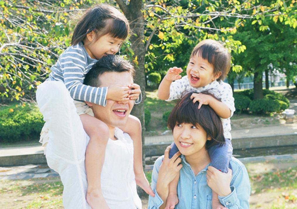 肩車をして遊ぶ親子の写真