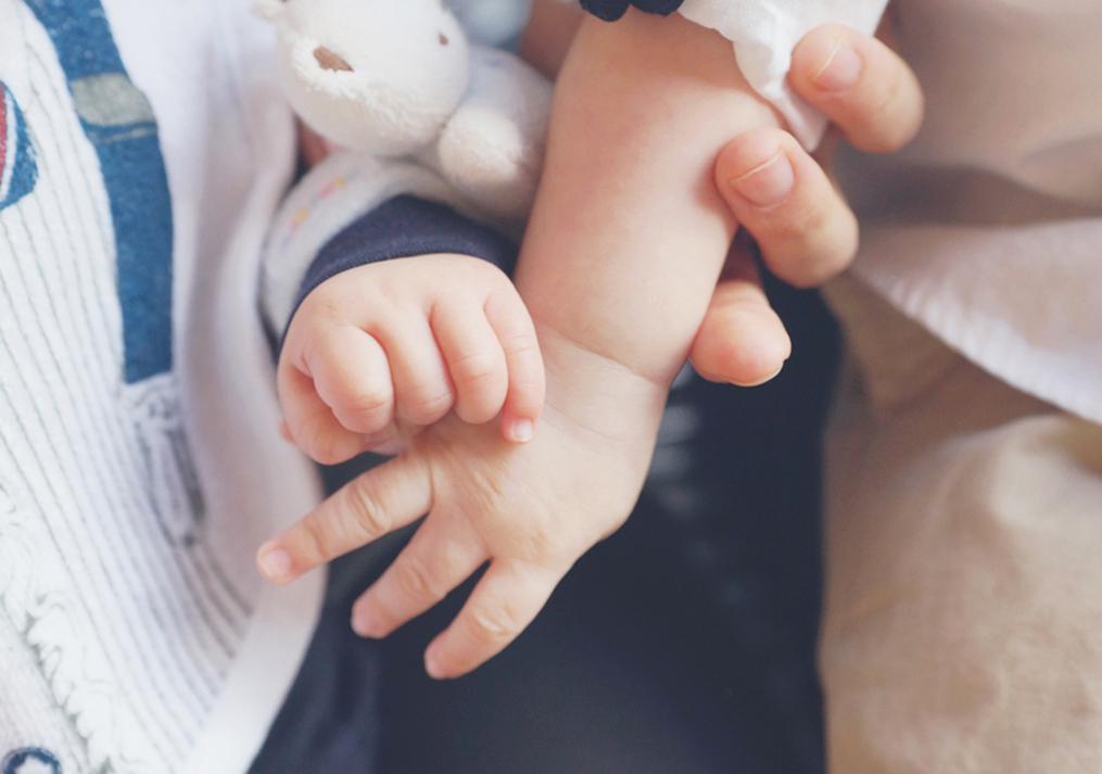 ハーフバースデイで手をつなぐ赤ちゃん