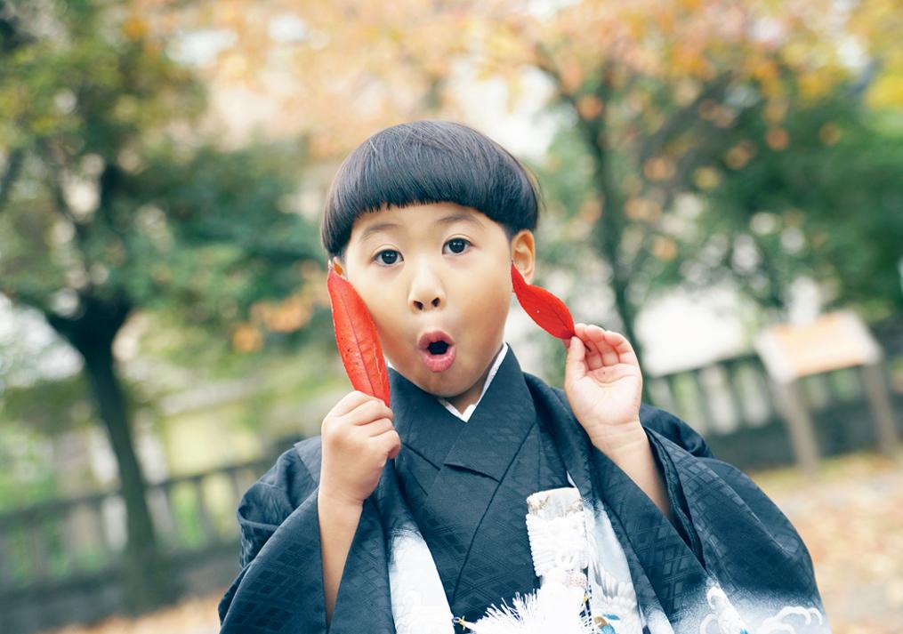 紅葉で遊ぶ七五三の写真