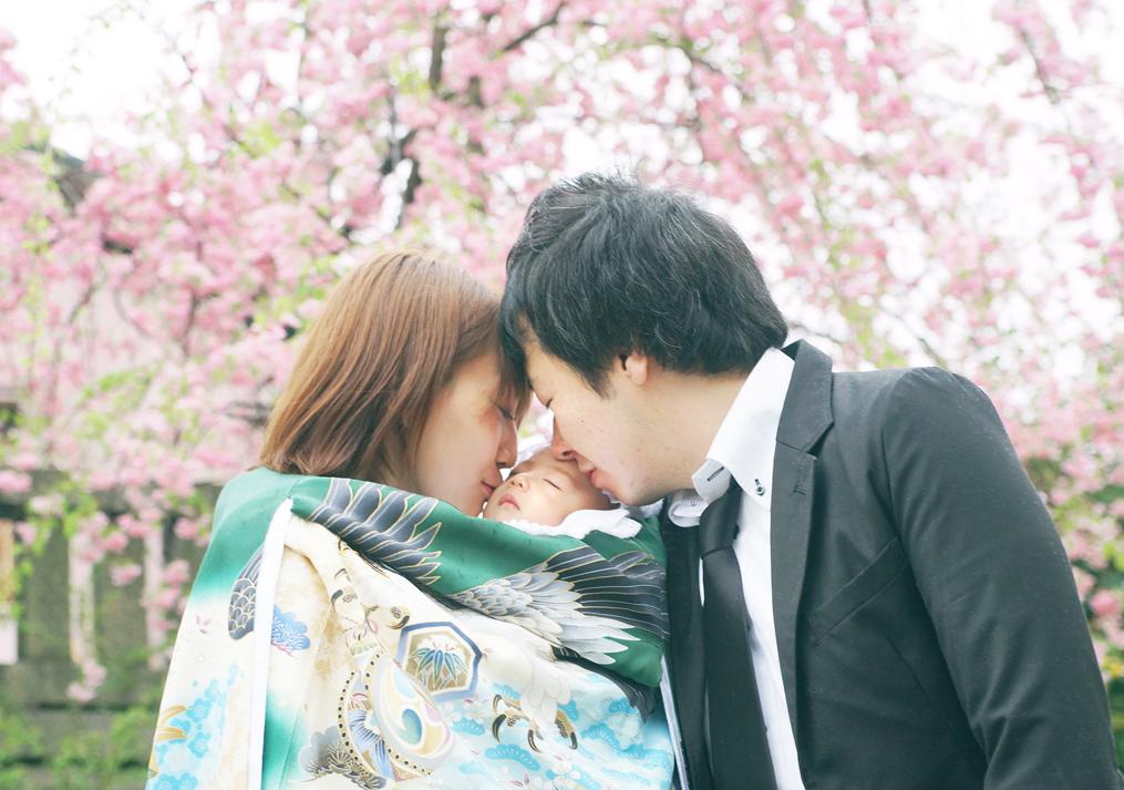 桜の木の下でお宮参り