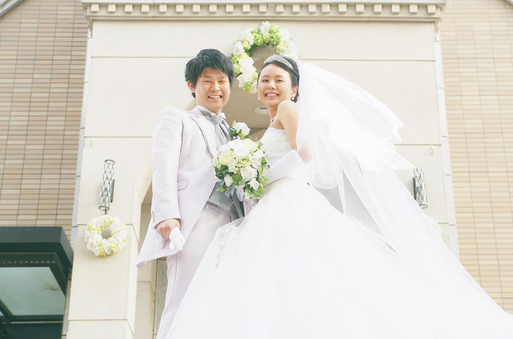 結婚式場の前で記念写真
